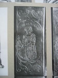 """Detailansicht, Frontplatte gegenüber der Griffseite; """"Swedens Erbe"""" wohl Königen Christina, dem Trinkbruder zur Ansicht..."""